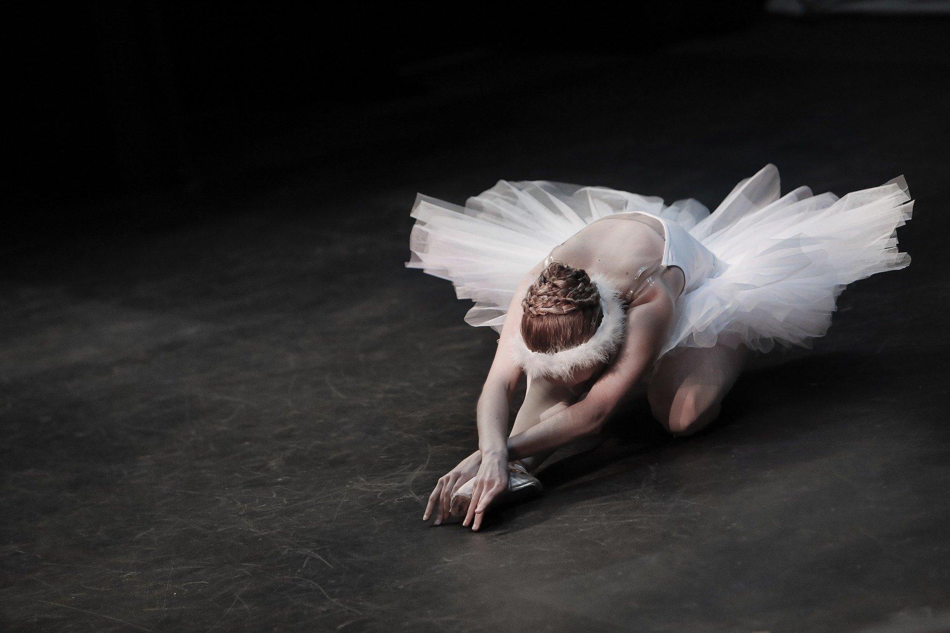 רקדנית בלט. תנועה איטית מודעת מאפשרת לנו לעצב את גורלנו