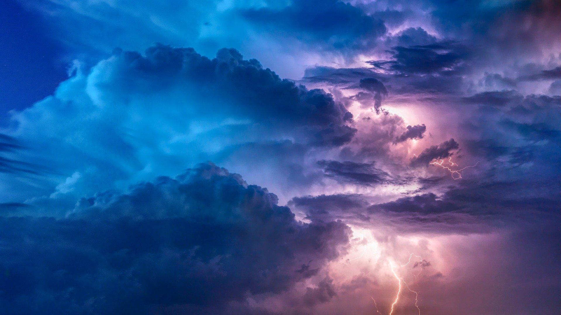 ברקים, רעמים, עננים. כולם תוצאה של אנרגיה המתגשמת לכדי חומר