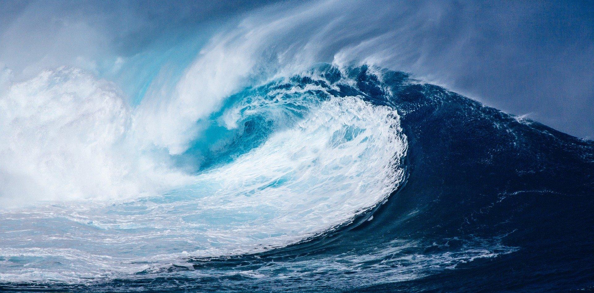 גלים בים. האנרגיה לא מזיזה את החלקיקים, אלא נעה דרכם