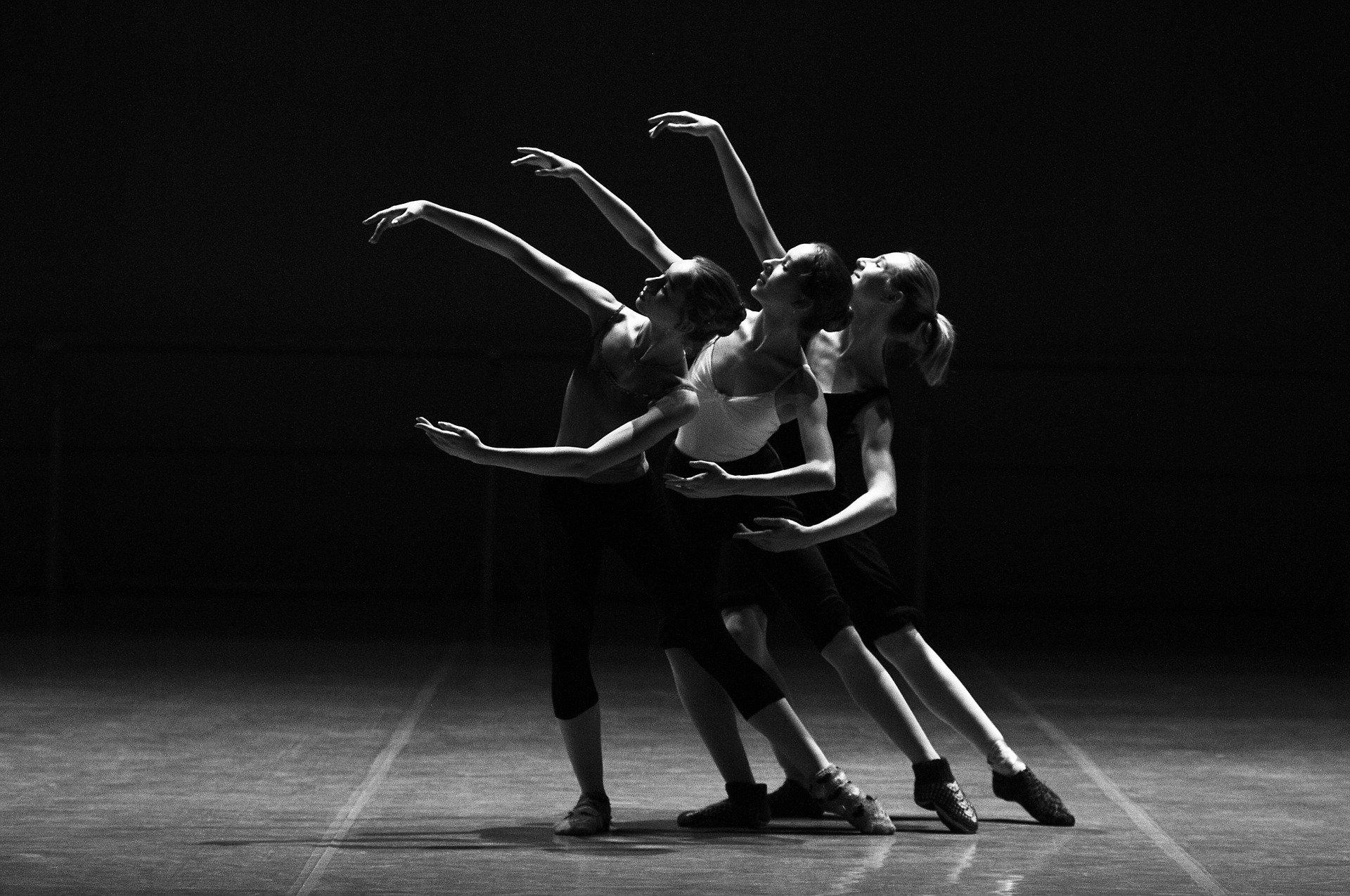 רקדניות מודעות לתנועתן במרחב.